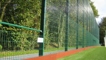 Foto eines hermetec-Ballfang- und Baumarktzauns